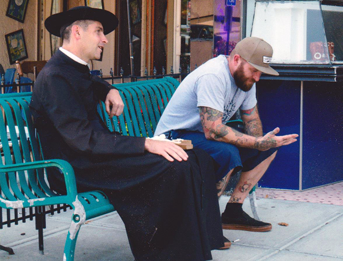 """""""Linh mục đi bộ"""" mang Tin mừng đến các đường phố"""