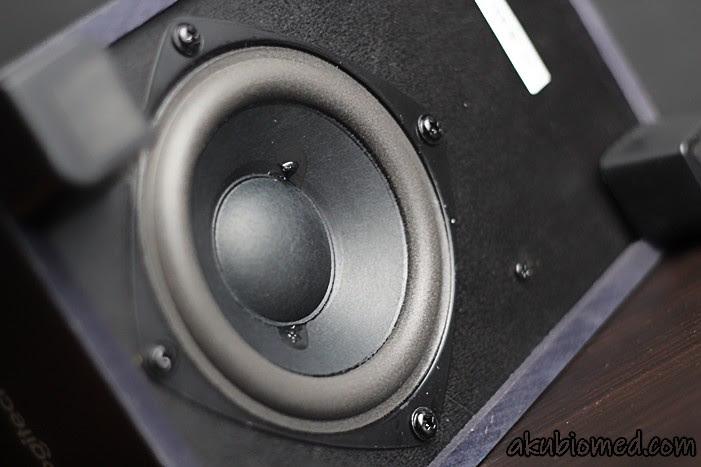 Speaker subwoofer dipasang menghala ke bawah Z313