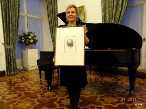 Photo: Greetje de Haan toont een zeldzame litho van Franz Liszt; eigendom van Peter Scholcz, helaas was hij deze middag wegens ziekte geveld, en kon dus zijn honneurs als voorzitter van de Franz Lisztkring niet waarnemen.
