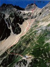 Photo: Augsburger Hütte mit Aufstiegsroute
