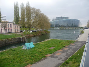 Photo: El parlament europeu, al fons.