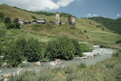 Wehrtürme im einem kleinen Dorf am Oberlauf der Enguri.