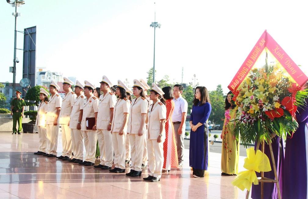 Kính cẩn nghiêng mình trước anh linh Chủ tịch Hồ Chí Minh kính yêu.