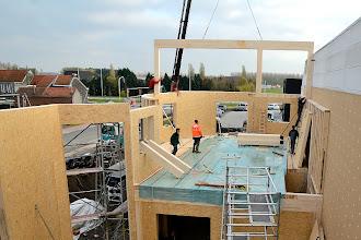 Photo: 07-11-2012 ©ervanofoto Dec eerste van de ter plaatse gemonteerde spanten wordt op zijn plaats gebracht.