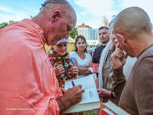 Indradyumna_Swami_Signing_Gitas_2