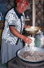 Photo: 03198 ブルド/バスハダール家/麺作り/羊肉の角切りスープに塩味をつけて麺を煮込む。