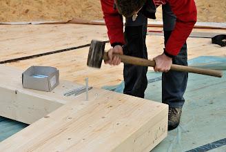 Photo: 07-11-2012 ©ervanofoto Zware houten balken worden met dikke stalen pennen vergrendeld. Een zware voorhamer is hierbij geen overbodige luxe.