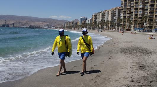 Llegan los socorristas y arranca el 'control' en las playas de la capital