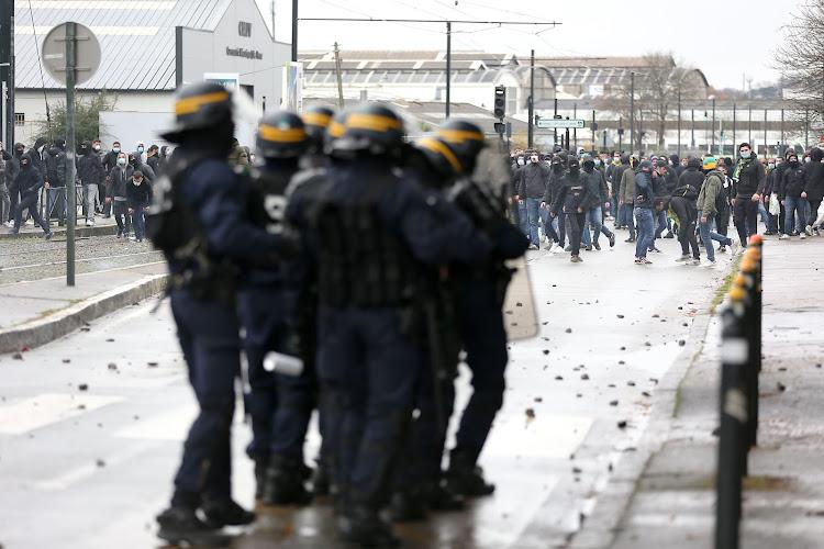 """Les supporters du FC Nantes n'en peuvent plus et s'accrochent avec les forces de l'ordre : """"FC Kita, on n'en veut pas"""""""