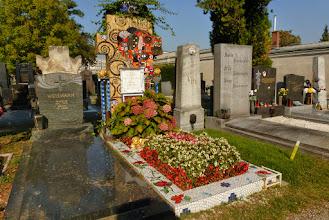 Photo: Eines der auffälligsten Gräber Wiens liegt im Alten Teil.