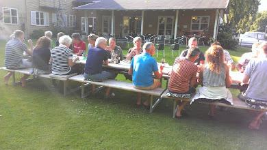 Photo: Alle samlet til aftensmad i Silkeborg Vandrerhjems have.