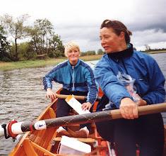 Photo: 2001 Helle Hansen og Berit Lorenzen på pinsetur nær Vigelsø. Fotograf og styrmand Carsten Utzon.
