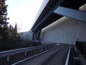 高速の横を通る