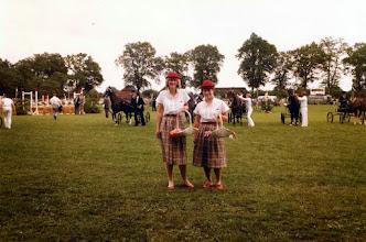 Photo: Hilda Fidder en Janna Vedder, concours hippique