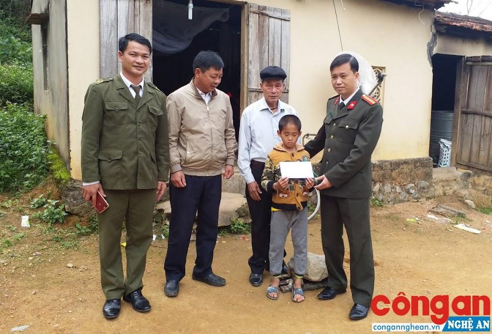Phòng Xây dựng phong trào bảo vệ ANTQ thăm, tặng quà các gia đình có hoàn cảnh đặc biệt khó khăn