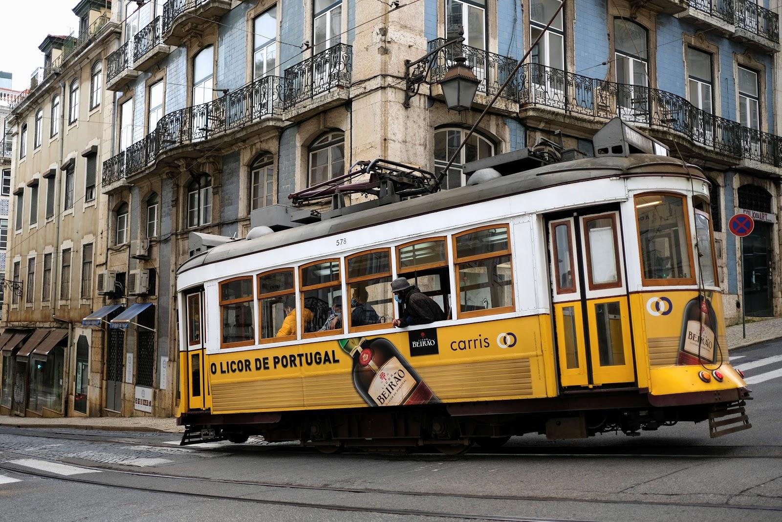 Bondinho circula pelas ruas vazias de Lisboa na quarentena