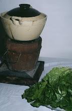 Photo: 04626 広州市/野味香飯店/料理/折骨生燉狗/犬肉の鍋物。犬肉のぶつ切りが煮えたところにレタスを入れて食べる。すりごまと味噌が主体の味付け