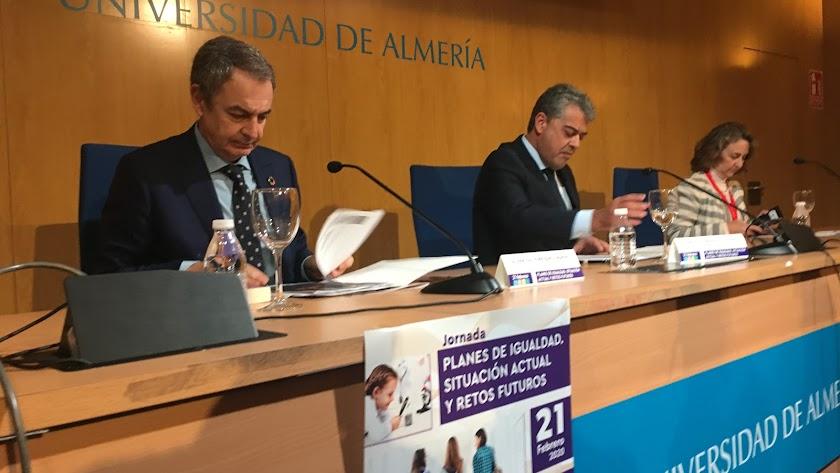 José Luis Rodríguez Zapatero, a la izquierda, esta mañana en la UAL.
