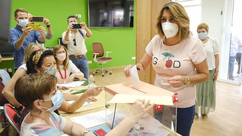 Susana Díaz vota en las primarias del PSOE andaluz el pasado junio.