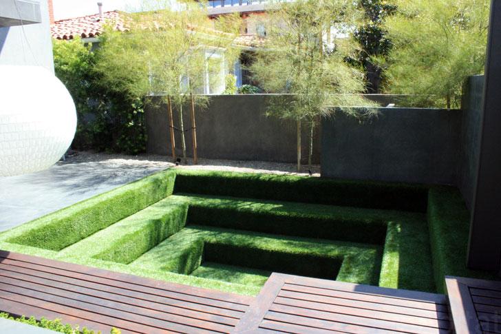 Area outdoor yang menggunakan rumput sintetis ramah lingkungan - source: inhabitat.com