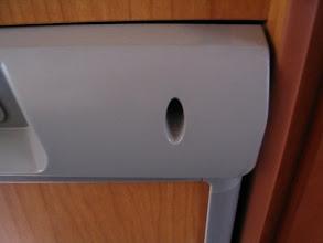 Photo: Empiezo a soltar la nevera para sacarla. Le quito los dos tornillos frontales que sustentan la placa de control