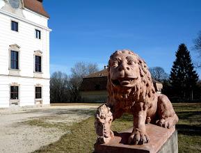 Photo: A díszudvaron állnak az egykor kapuőrző, címertartó oroszlán-kőszobrok.