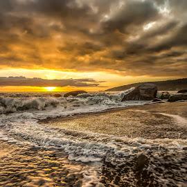 Sunrise in Taquarinhas Beach by Rqserra Henrique - Landscapes Sunsets & Sunrises ( water, clouds, brazil, splach, waves, rqserra, wave, beach, sunrise,  )