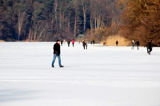 Photo: Nach tagelangen zweistelligen Minusgraden und weiterhin klirrendem Frost sind große Teile des Großensees zugefroren. Das Betreten des Großensees ist insgesamt weiterhin gefährlich, weil viele Flächen von Vögeln und Enten eisfrei gehalten werden und durch warme Quellen noch offen sind!