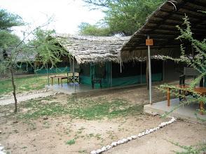 Photo: Telttakankaan läpäisevyys savannin äänille - mutta nykyaikaisilla mukavuuksilla mm. suihku ja wc