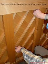 Photo: Regarder dans la plus grande longueur, mais aussi derrière les chevalets , la ou la pression des cordes s'applique - sur la plupart des pianos, les vis sécurisant les chevalets sont apparentes de ce coté de la table, permettant de repérer l'endroit)