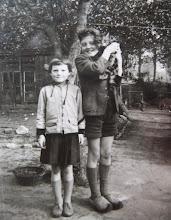 Photo: Lute en Hennie Hilberts met de poes