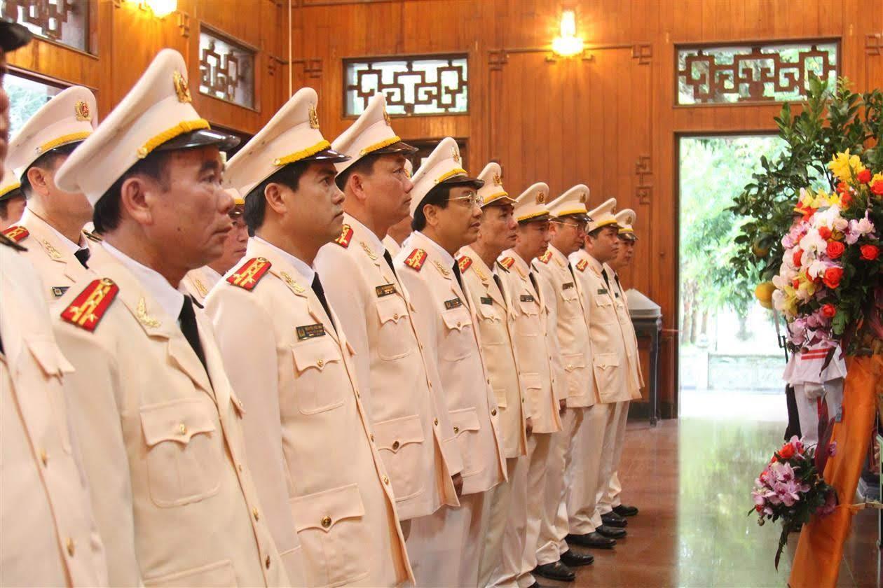 Đoàn đại biểu dâng hoa, dâng hương tại khu di tích Kim Liên, Nam Đàn