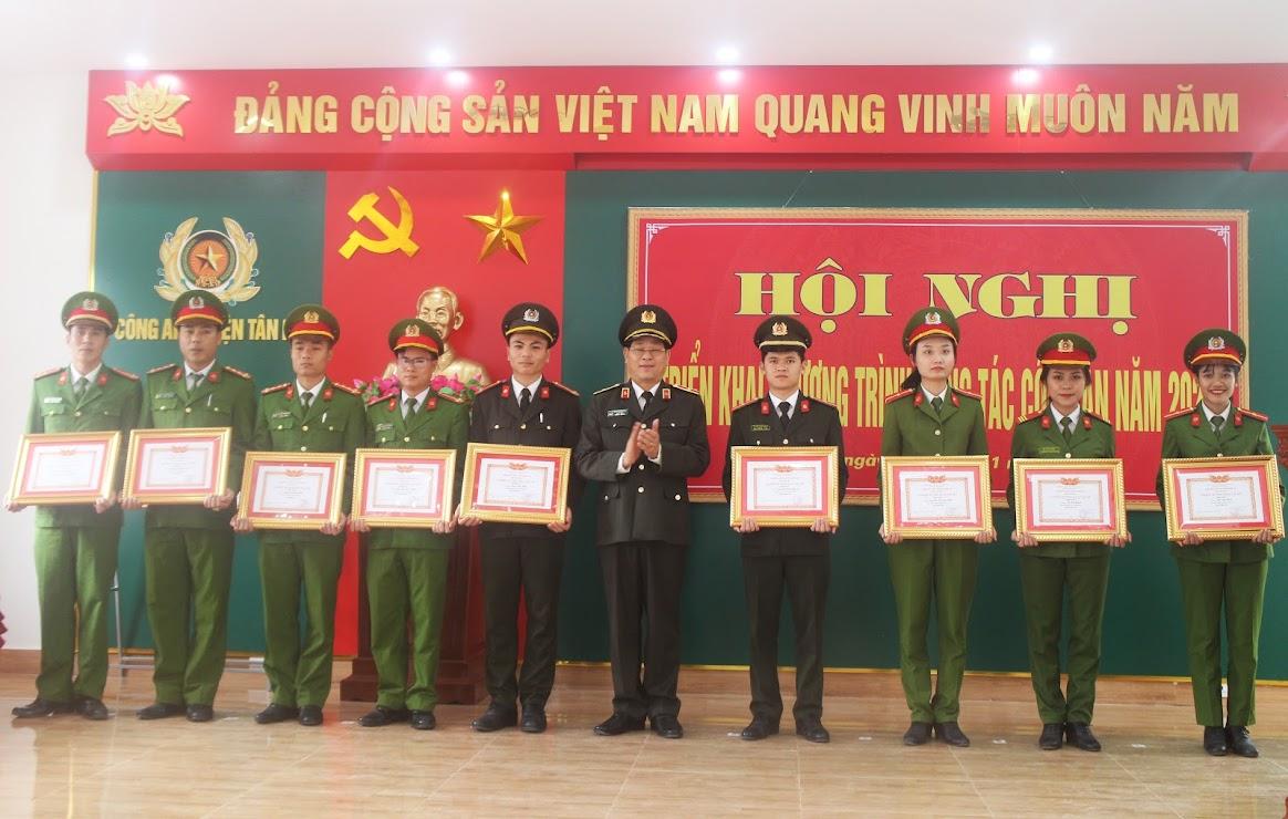 """Đồng chí Thiếu tướng Nguyễn Hữu Cầu – Giám đốc Công an tỉnh trao danh hiệu """"Chiến sĩ thi đua cơ sở"""""""