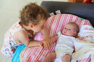 Photo: Maman, sauves-moi de cette grande soeur !!