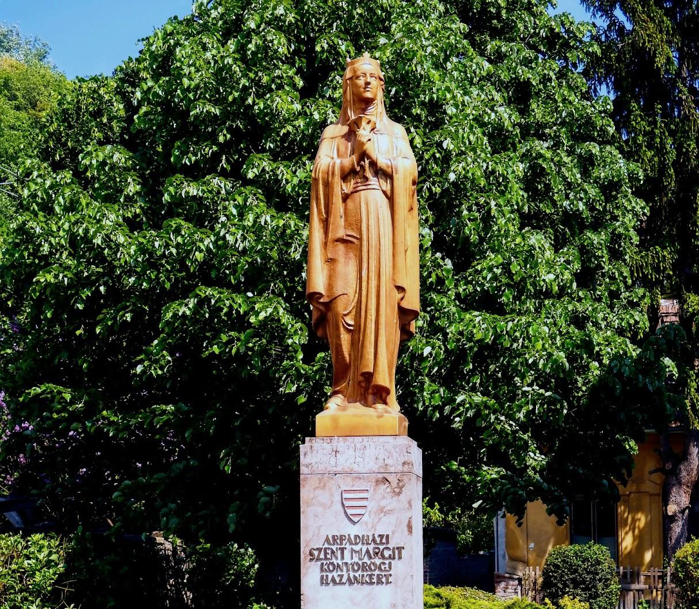 Visegrád - Árpád-házi Szent Margit-szobor a katolikus templom mellett
