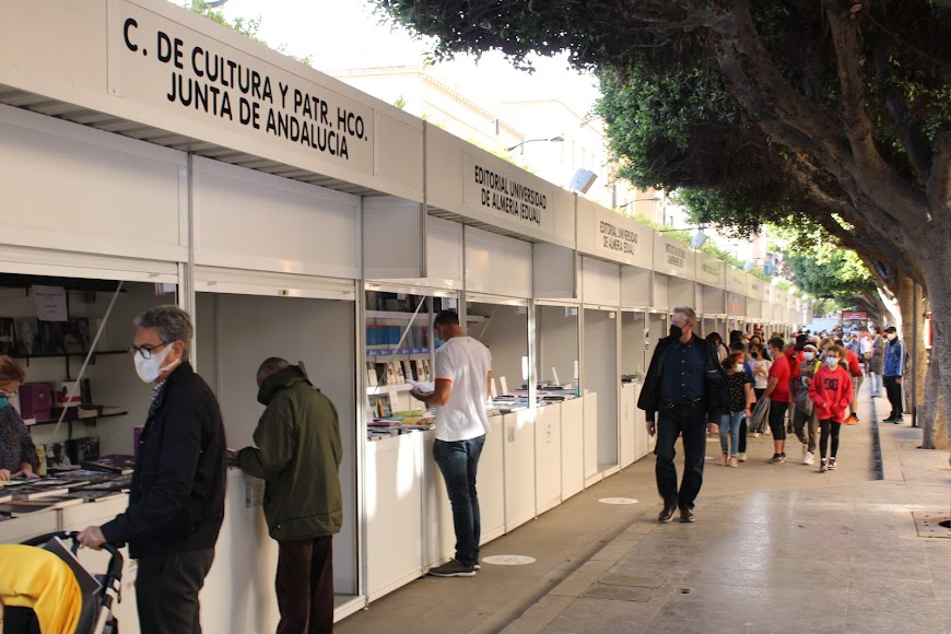 Stands de la Feria de Libro ubicados al final del Paseo de Almería.