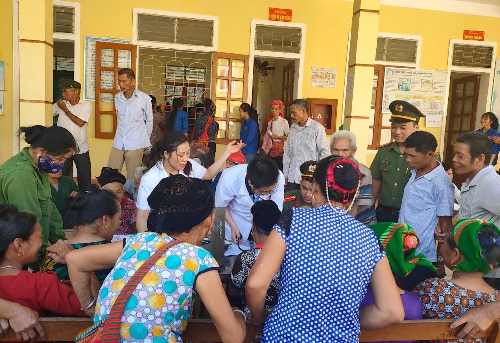CBCS Phòng Hậu cần cấp phát thuốc cho gia đình chính sách tại xã Mậu Đức, huyện Con Cuông