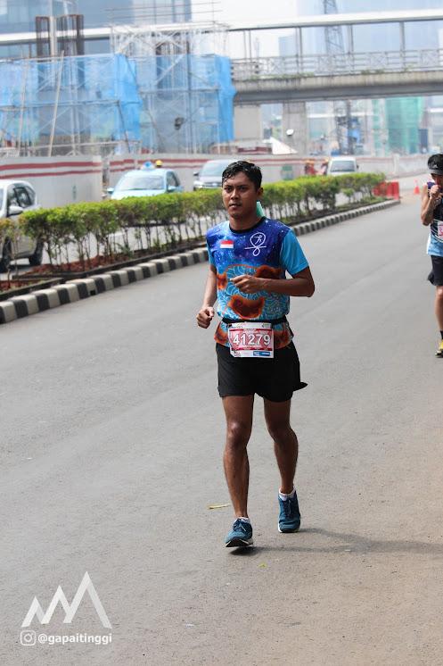 Berlari di tengah panas Jakarta. Photo oleh @gapaitinggi.