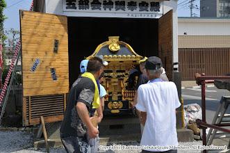 Photo: 【平成24年(2012) 宵々宮】  神輿の蔵出し。