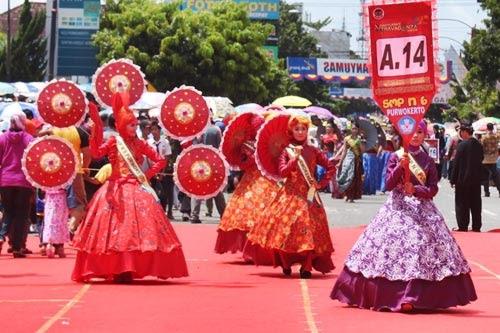 payung kertas Banyumas dalam Banyumas Extravaganza 2015