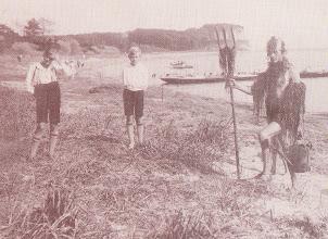 """Photo: 1929 Sønderborg. Kong Neptun omtales for første som figur i """"Roning"""" nr. 9 juli 1929. Han kom op af vandet og døbte """"kaninerne"""" med vandkanden som ses på billedet. Om aftenen blev der holdt en vellykket fest for de nye roere."""