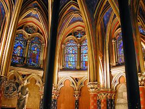 Photo: Tur til Paris 28.april - 2. mai 2001.  Vigdis 40 år.  Sainte-Chapelle er et av den vestlige verdens største arkitektoniske mesterverker.  15 vidunderlige glassmalerier adskilt av slanke søyler som stiger 15 meter trett til værs.  Vinduene viser over 1000 scener fra  Bibelen.  kapelelt ble bygget av Lois IX i 1248. .