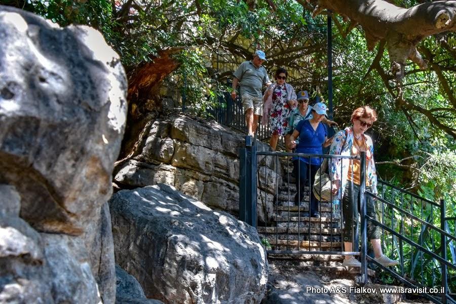 Спуск к пещере РАШБИ в Пкиине. Экскурсии в Израиле.