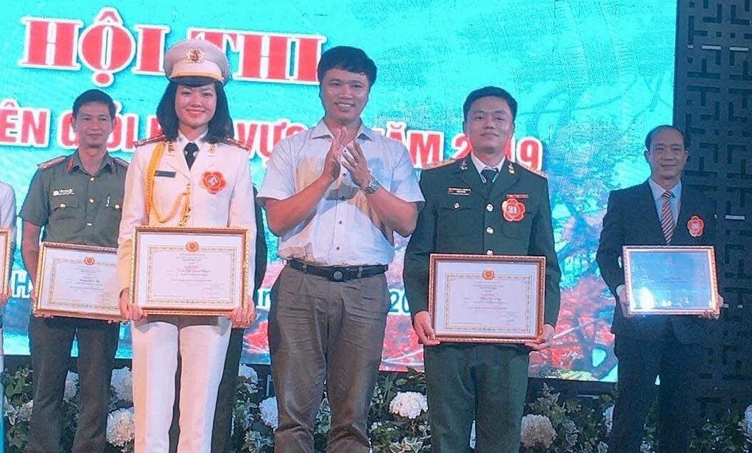 Đại diện Ban tổ chức trao giải Nhì cho các thí sinh