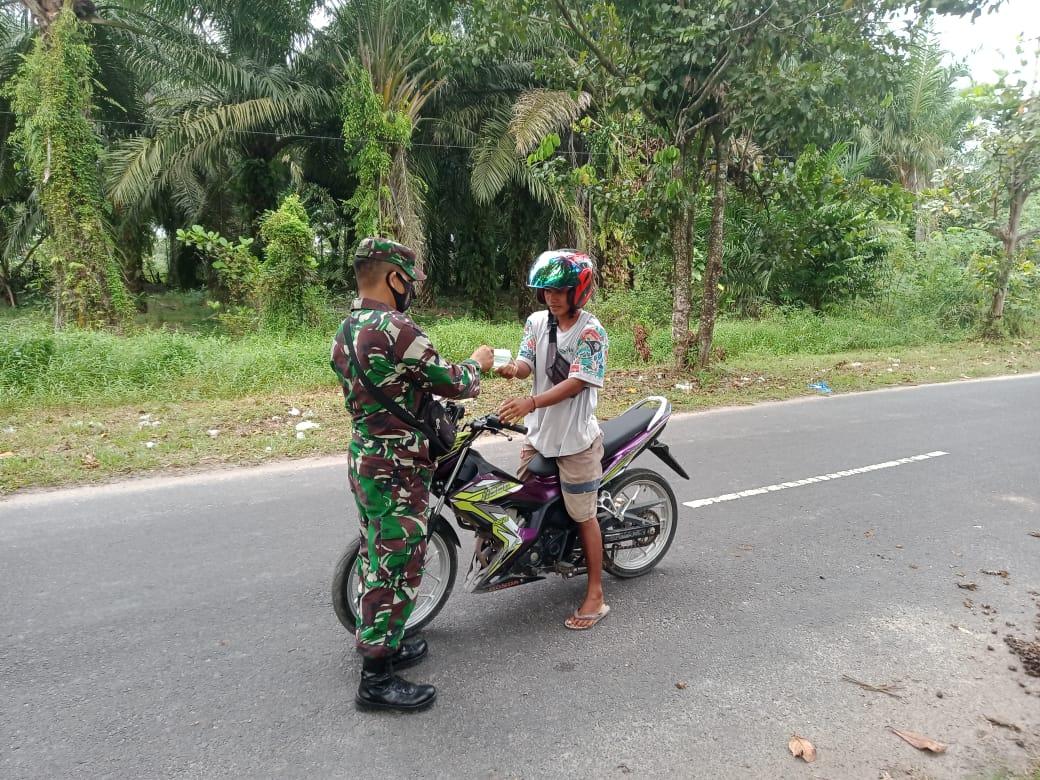 Bertebaran Masker di Jalan Pemuda Sampit Kalteng Dibagikan Oleh Anggotan Denzibang 2/Palangkaraya