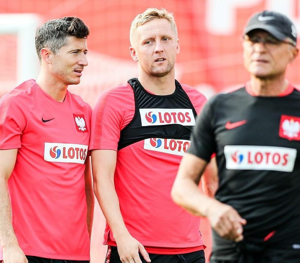 Lewandowski e Glik em treino da Polônia com o técnico à frente  (Foto: Divulgação )