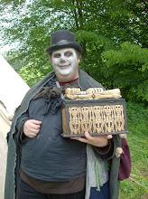 Photo: Papa Mittnacht in voller Lebensgröße mit seiner Kiste.