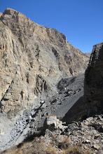 Photo: Dans la montée sur la pente herbeuse, vue arrière partielle sur la cascade de la Dhechyang khola