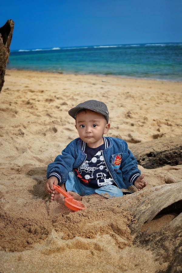 Hello kids, look at mommy.. by Mardi Tri Junaedi - Babies & Children Children Candids ( #tropical, #sand, #casual, #cute, #hotday, #beach )