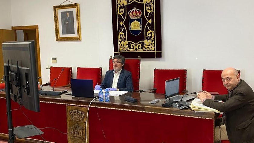 El alcalde durante la sesión plenaria telemática.